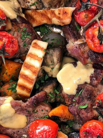 Χοιρινές μπριζόλες στον φούρνο με μελιτζάνες και ταχίνι